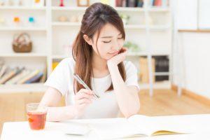 株の買い方の勉強をする女性